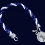 medallita con cordon azul y blanco